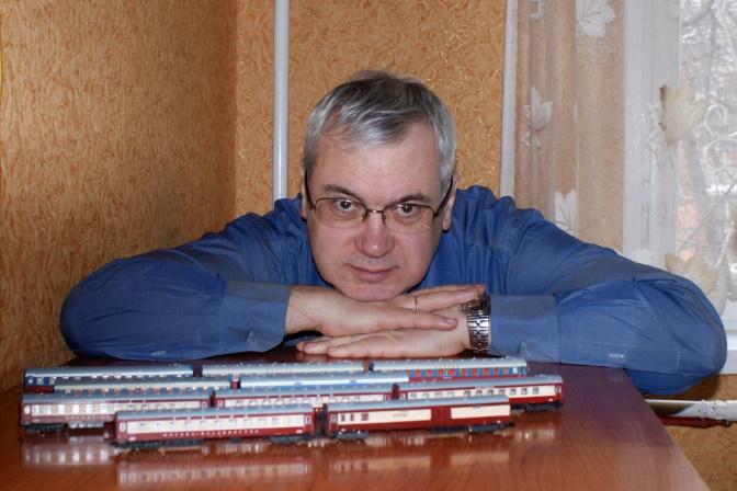 Андрей Шарапов с моделями поезда «РОССИЯ» собственной коллекции.