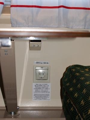 розетка 220 вольт в купе вагона производства ТВЗ модели 61-4440 в составе поезда «РОССИЯ»