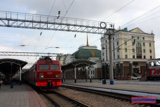 Электровоз ЭП1-020 с поездом на станции Красноярск