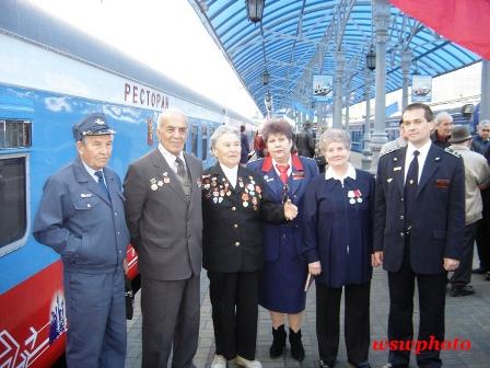 Баронина Нина Васильевна (третья слева) среди ветеранов участников торжественных мероприятий посвященных 40-летию поезда «РОССИЯ»
