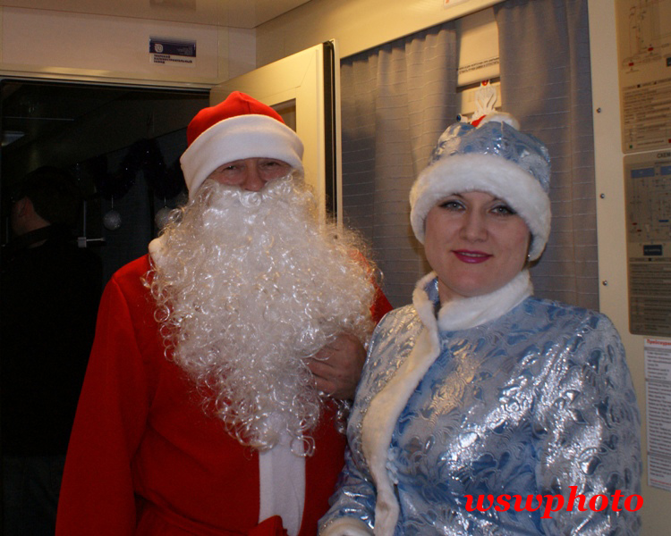 Дед мороз и Снегурочка в исполнении членов поездной бригады поезда «РОССИЯ»