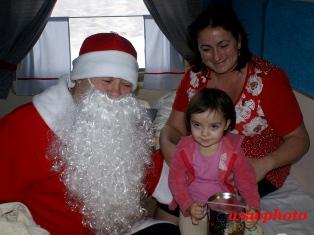Дед Мороз вручает подарок девочке