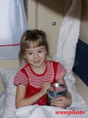 Девочка с новогодним подарком от ОАО «ФПК»
