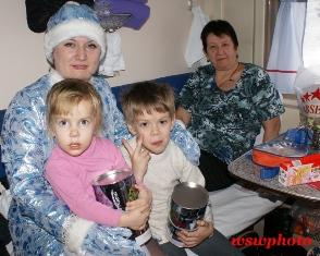 Снегурочка с детьми, которым вручила железнодорожные подарки в поезде «РОССИЯ»