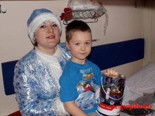 Снегурочка с мальчиком, получившим подарок от ОАО «ФПК»