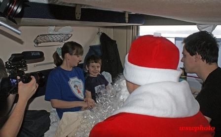 Съемки фильма: вручение подарков Дедом Морозом детям - пассажирам