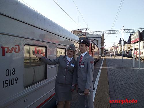 Проводник пассажирского вагона и начальник поезда