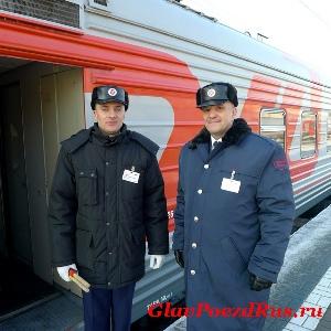 Начальник юбилейного рейса международного поезда №20/19 Венгерский Валерий и проводник Рудаков Денис.