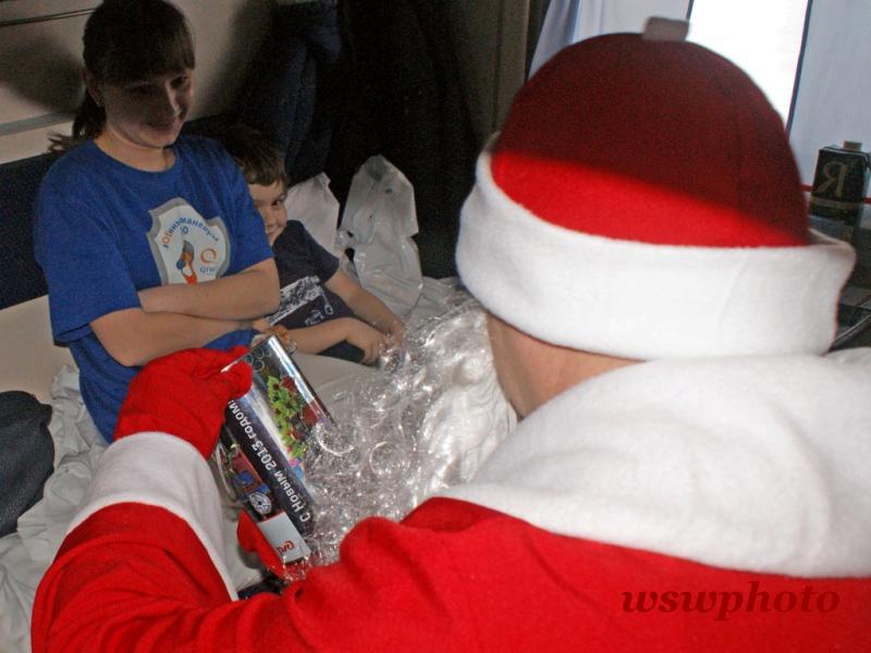 Дед Мороз вручает новогодний подарок