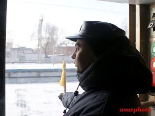 Начальник поезда «РОССИЯ» Сергей Кузнецов при отправлении состава с Ярославского вокзала Москвы.